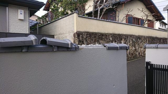 南蛮漆喰を置いて塀瓦の高さを調整しながら並べて行きます。