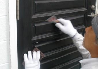 玄関周りを塗装する写真