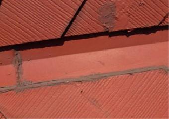 コーキングで塞ぎ劣化した屋根