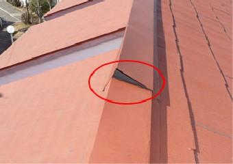 棟板金に隙間ができた屋根