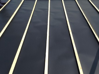 桟の間のガルバリウム鋼板